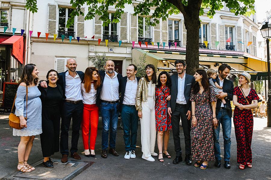 une photo de groupe des mariés avec leurs témoins sur une place à Paris