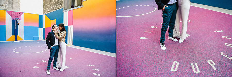 un couple s'enlace sur un terrain de basket coloré à Paris