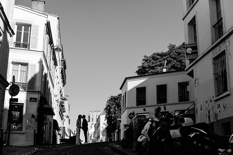 les silhouettes d'un homme et d'une femme sur la butte Montmartre