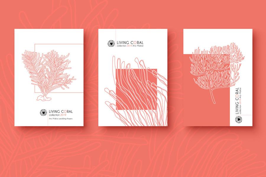 Une déclinaison de 3 cartes est présentée sur une table couleur corail