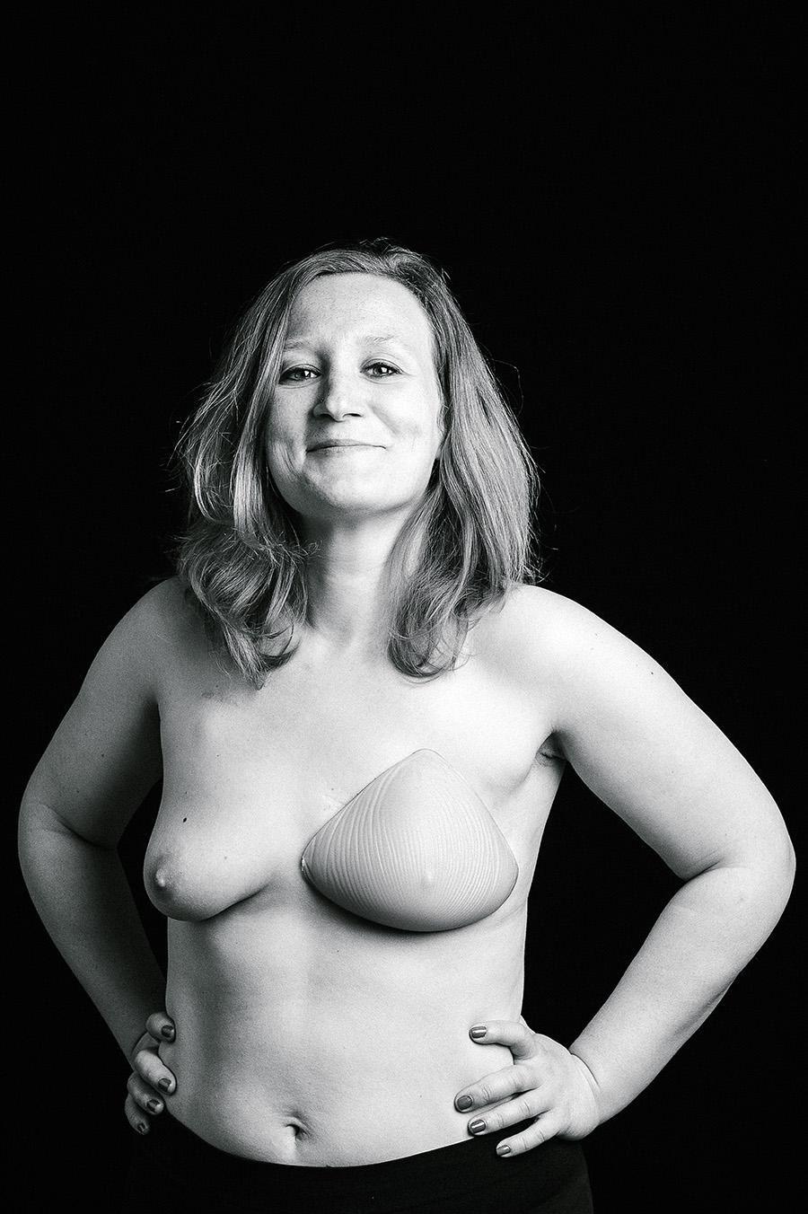 une femme atteinte du cancer du sein pose en studio