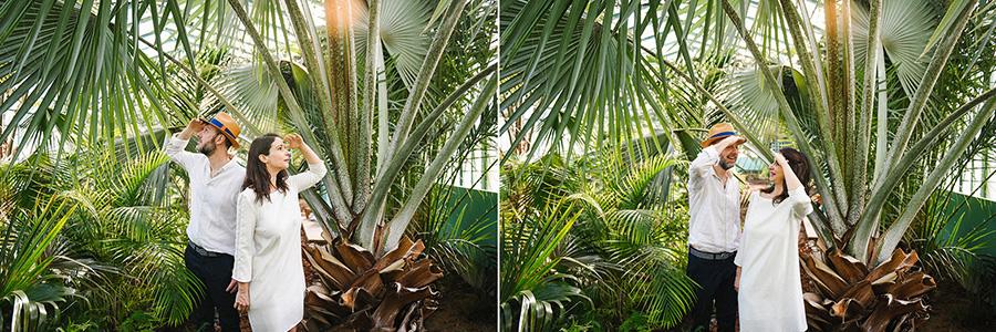 Un couple pose dans une serre de palmiers