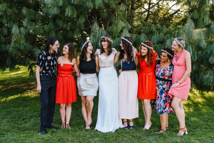 photo de groupe de la mariée avec ses témoins après la cérémonie laïque