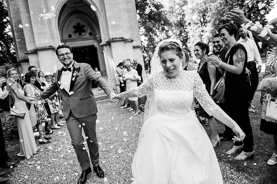 Des mariés sortent de l'église en courant