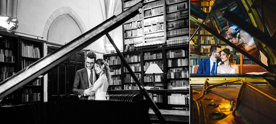 Des jeunes mariés posent devant un piano à queue dans une bibliothèque