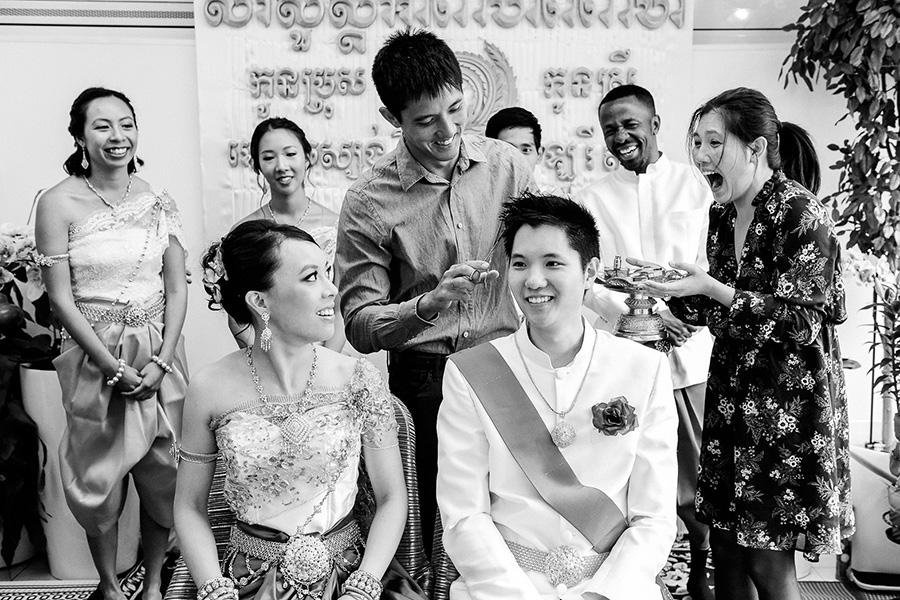 Le frère du marié lui coupe une mèche de cheveux pendant la cérémonie cambodgienne