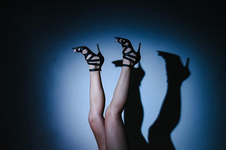 Les jambes d'une femme apparaissent dans un halo bleu