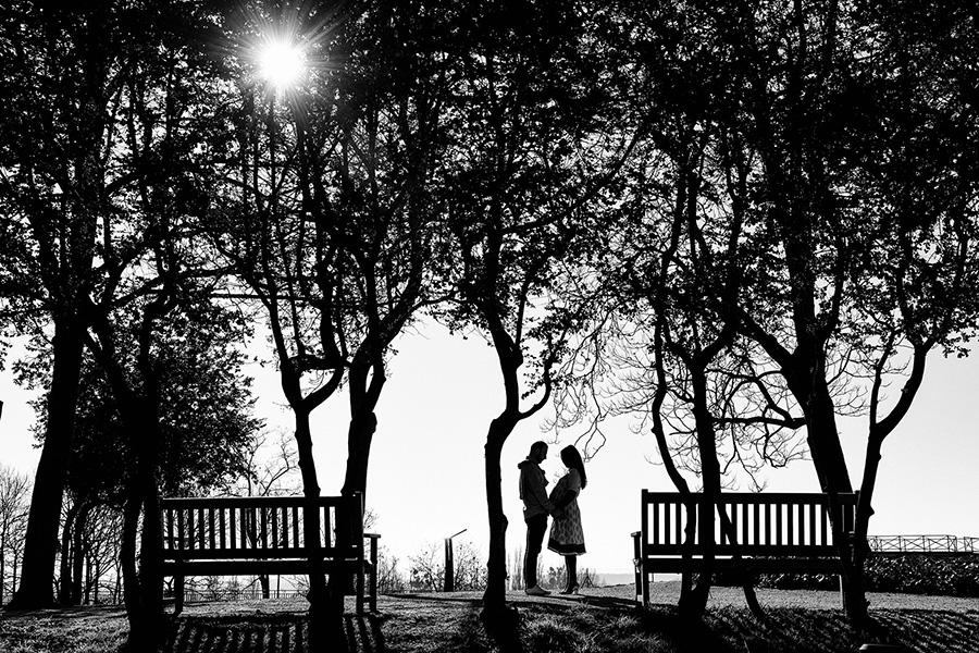 un couple se tient face à face dans un parc