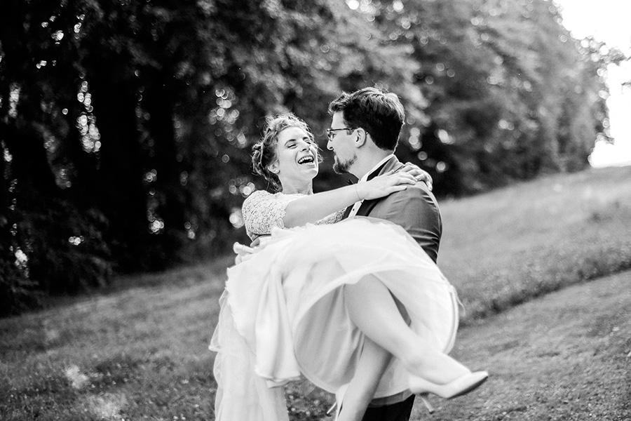 le marié porte sa femme dans les bras