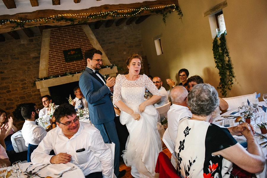 les mariés dansent pendant leur entrée dans la salle de réception