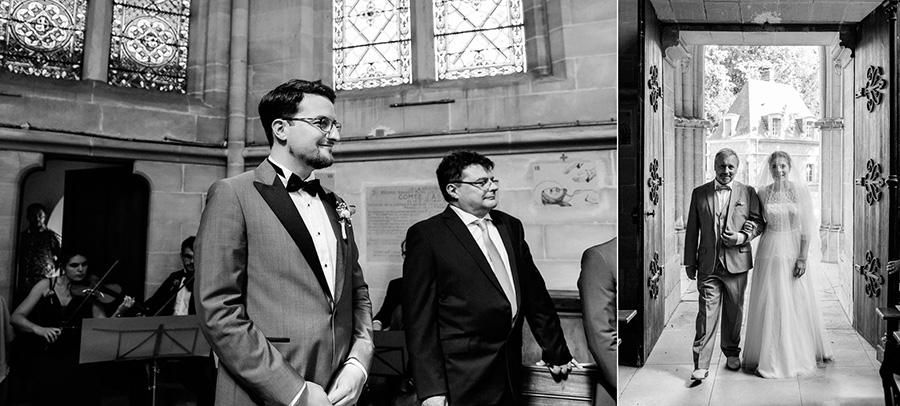 le marié regarde la mariée rentrer dans l'église au bras de son père