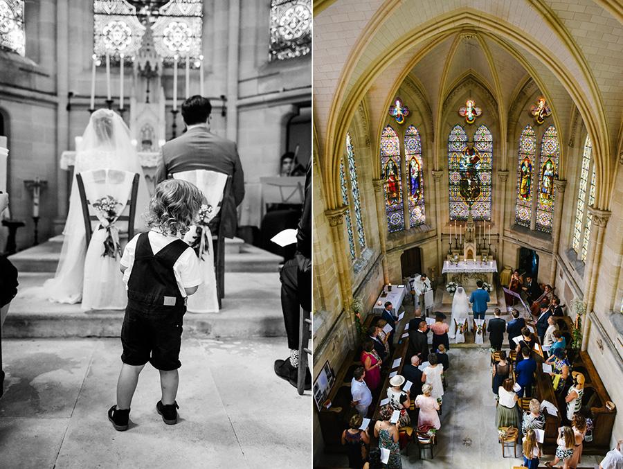 un petit garçon curieux se tient dans l'allée de l'église