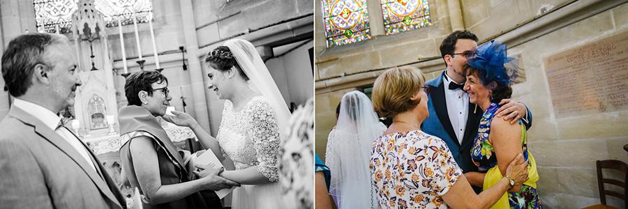les mariés embrasse leurs proches après la cérémonie religieuse