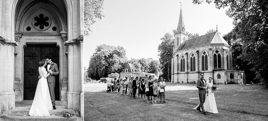le cortège des invités suit les mariés après la cérémonie religieuse