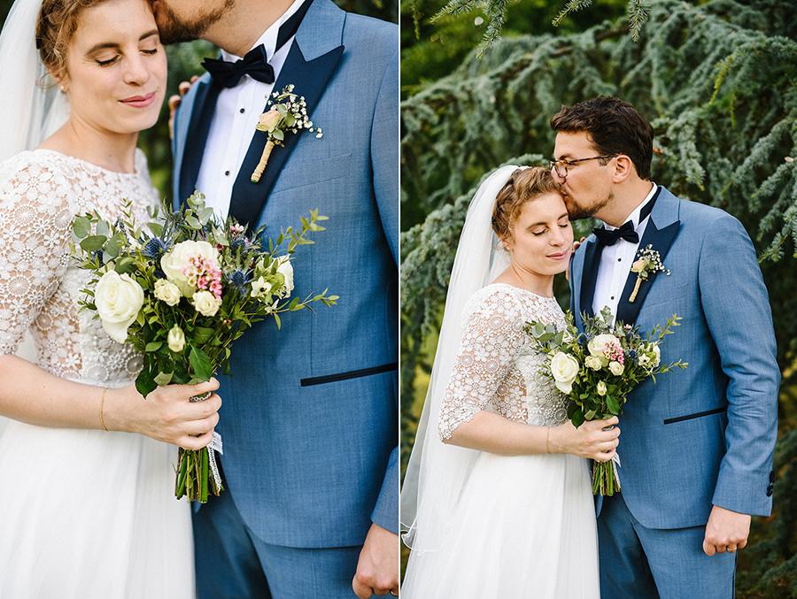 les mariés posent pendant les photos de couple