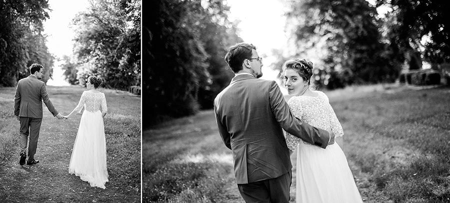 les mariés marchent dans la nature pendant la séance photo de couple