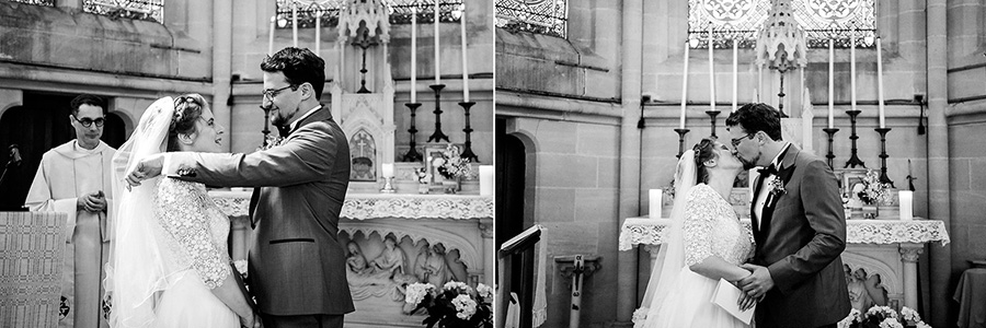 le marié enlève le voile de la mariée et l'embrasse