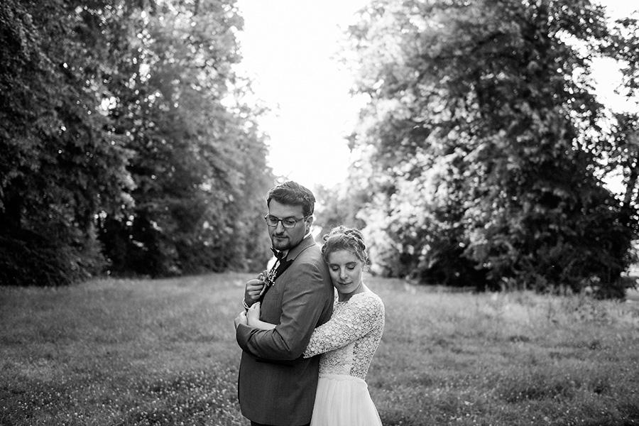 les mariés posent en pleine nature pendant la séance photo de couple