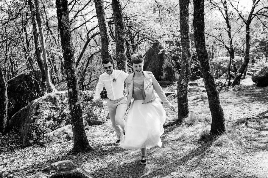un couple d'amoureux court dans la forêt