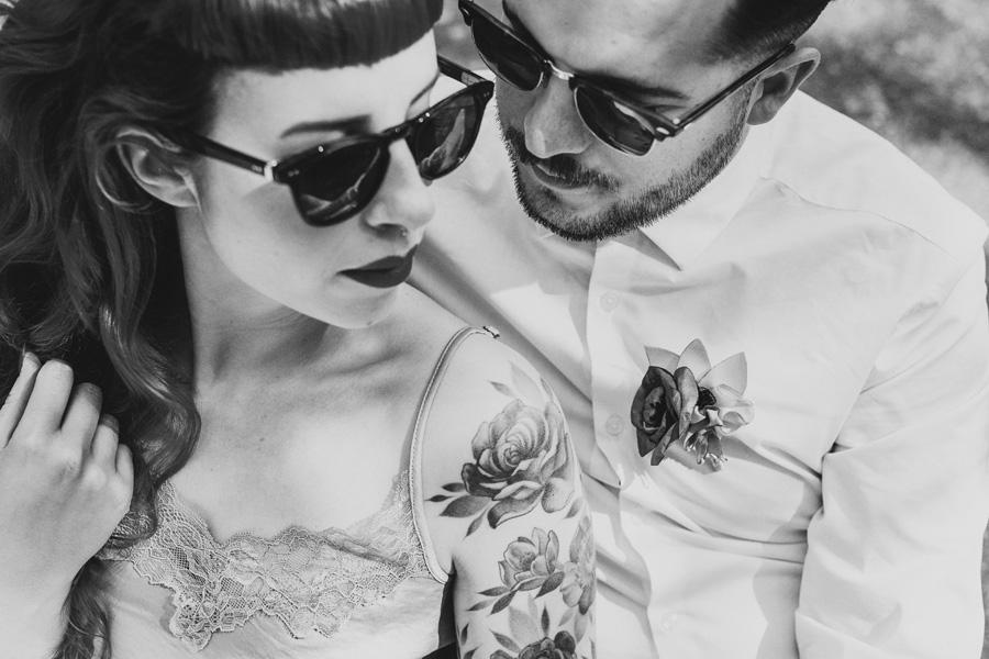 un couple pose dans la nature lors de leur elopement