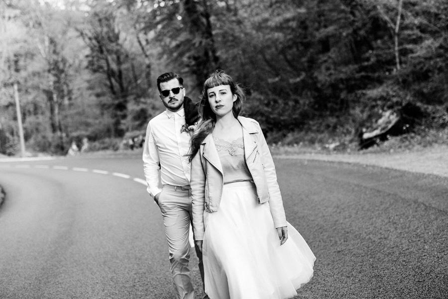 Un couple marche vers l'objectif de la photographe