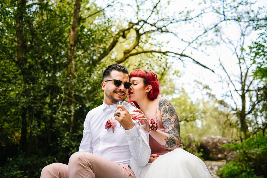Les jaunes mariés trinquent au champagne en pleine forêt