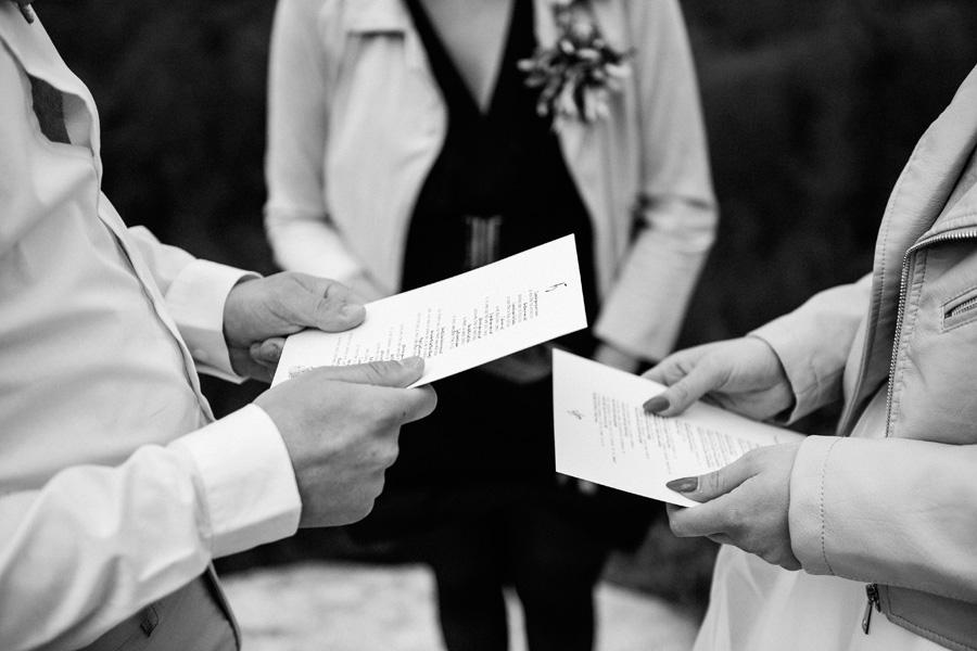 le couple tient dans ses mains leurs voeux durant leur elopement