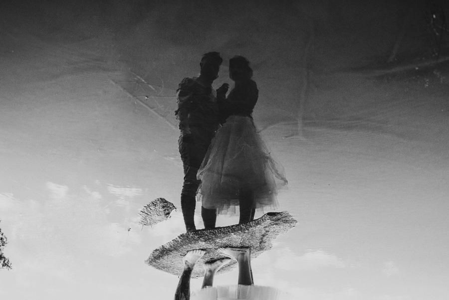 Un reflet d'un couple dans l'eau d'un lac.