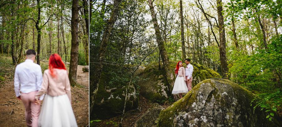 Un couple pose dans la nature, en pleine forêt, après la cérémonie d'elopement