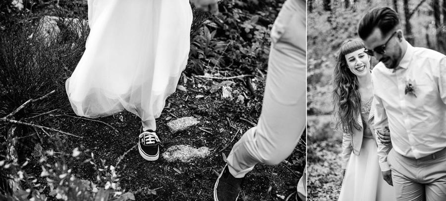 un coupe marche dans la forêt. La femme sourit à son mari.