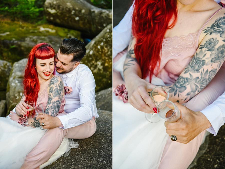 Un couple enlacé trinque au champagne