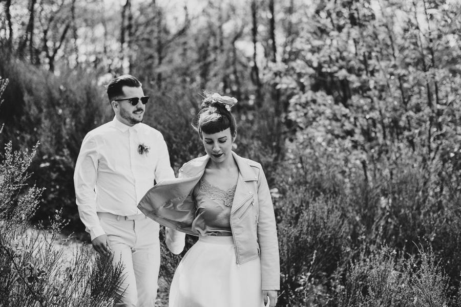 une femme tient un homme par la main lors de leur elopement dans la nature