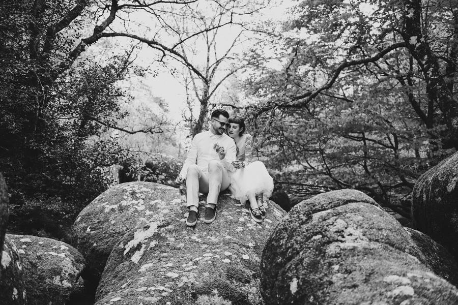 Un couple est assis sur un rocher