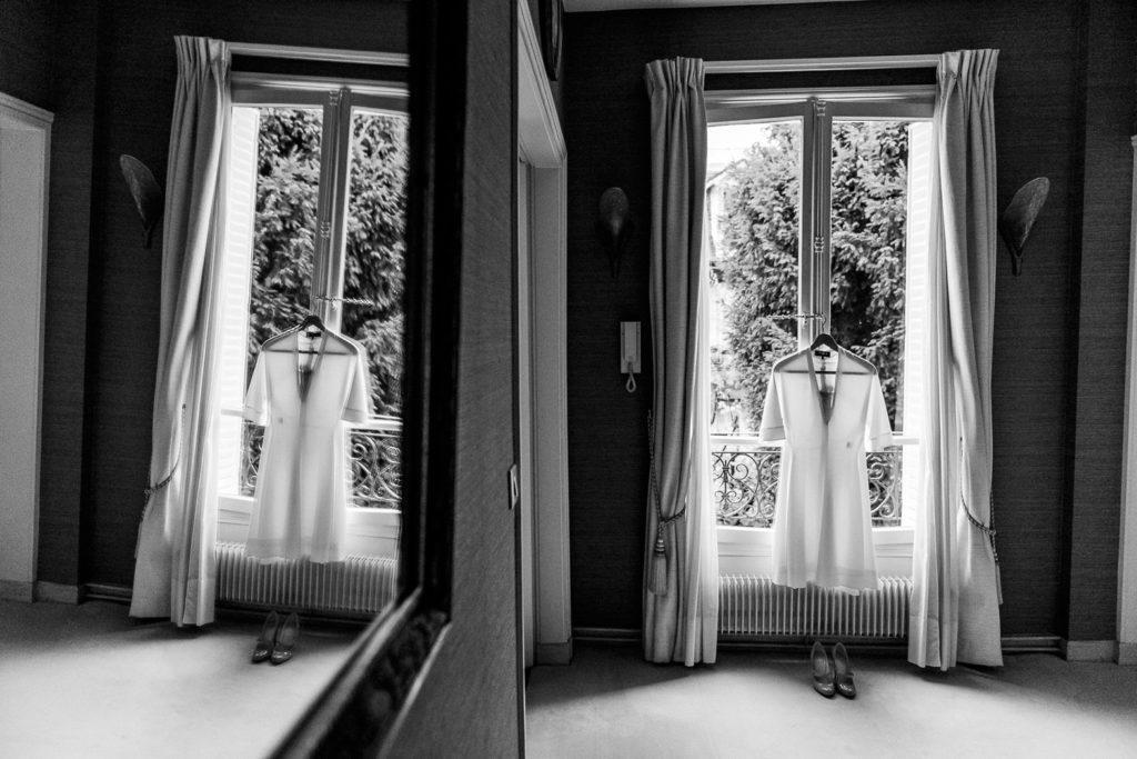 La robe de mariée est accrochée à une fenêtre