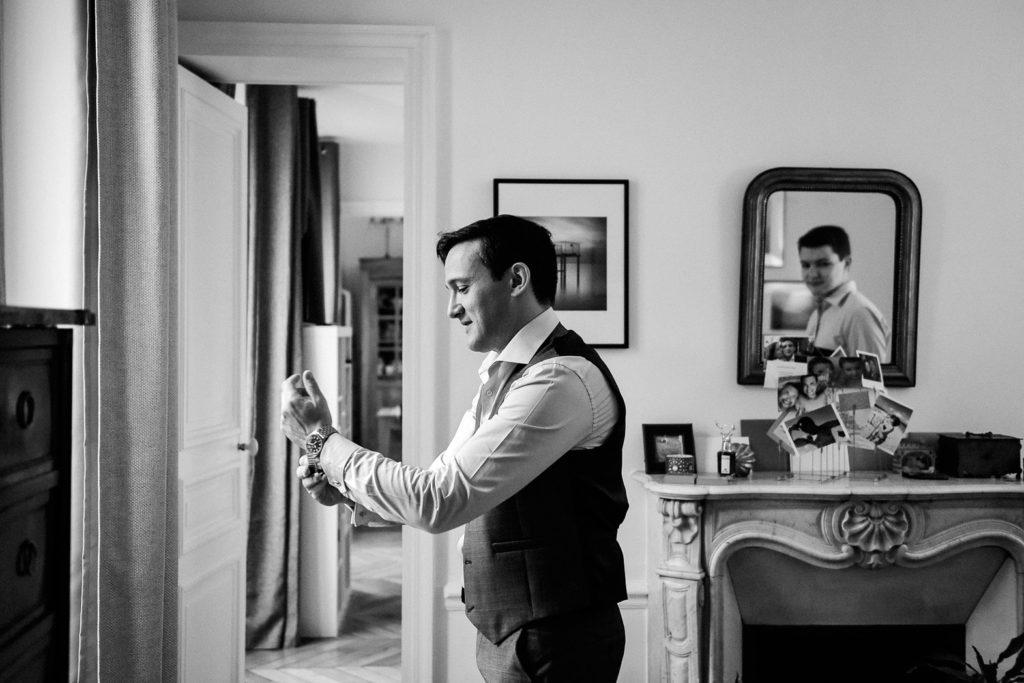Le marié se prépare chez lui