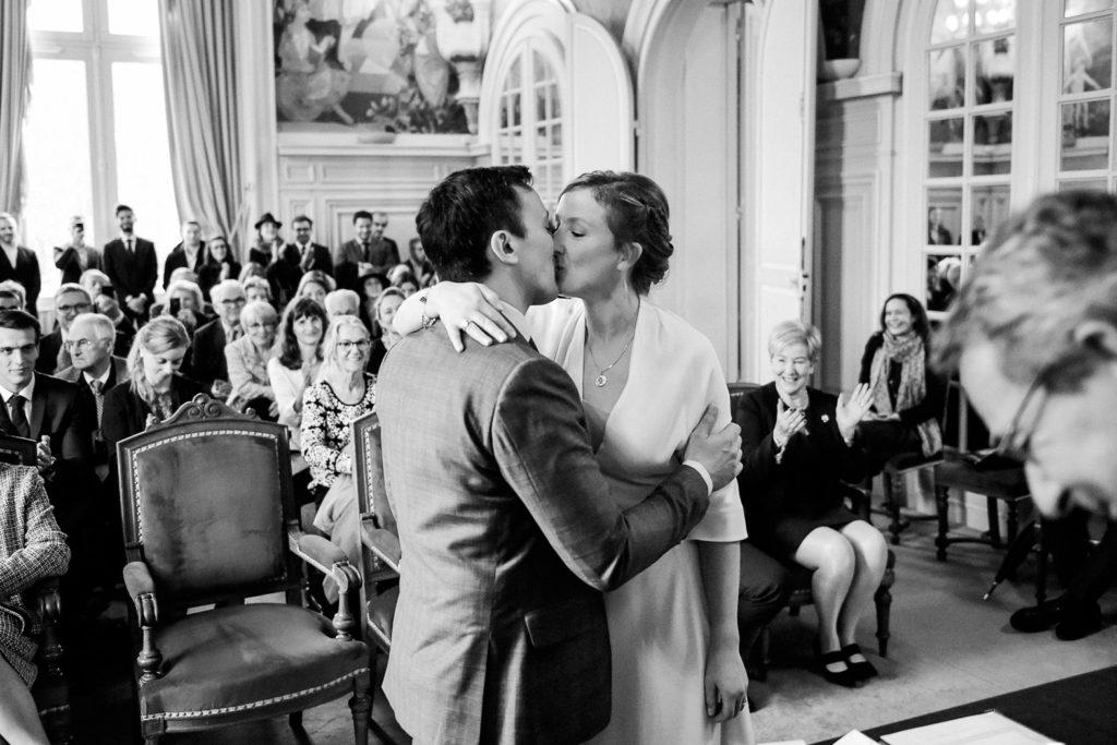 Les mariés s'embrassent dans la salle des mariages à la mairie