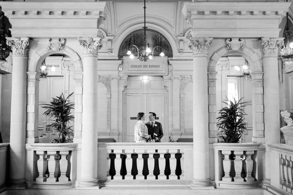 Les mariés se regardent dans la mairie de Neuilly