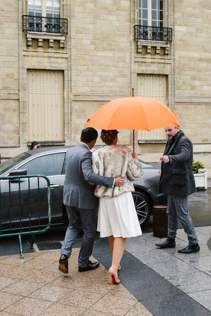 Le couple marche sous un parapluie