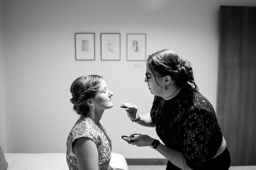 La mariée est maquillée par sa témoin