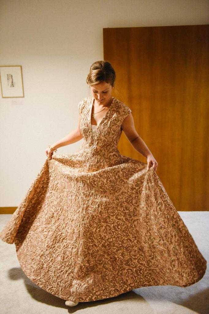 La mariée pose avec sa robe dorée