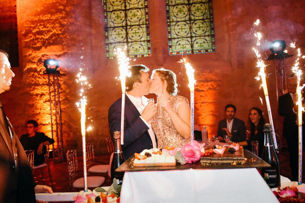 Les mariés s'embrassent devant les scintillants