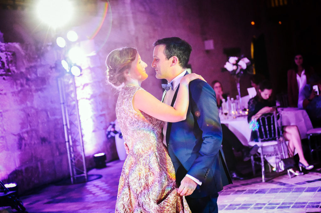 Les mariés dansent pendant la réception de mariage