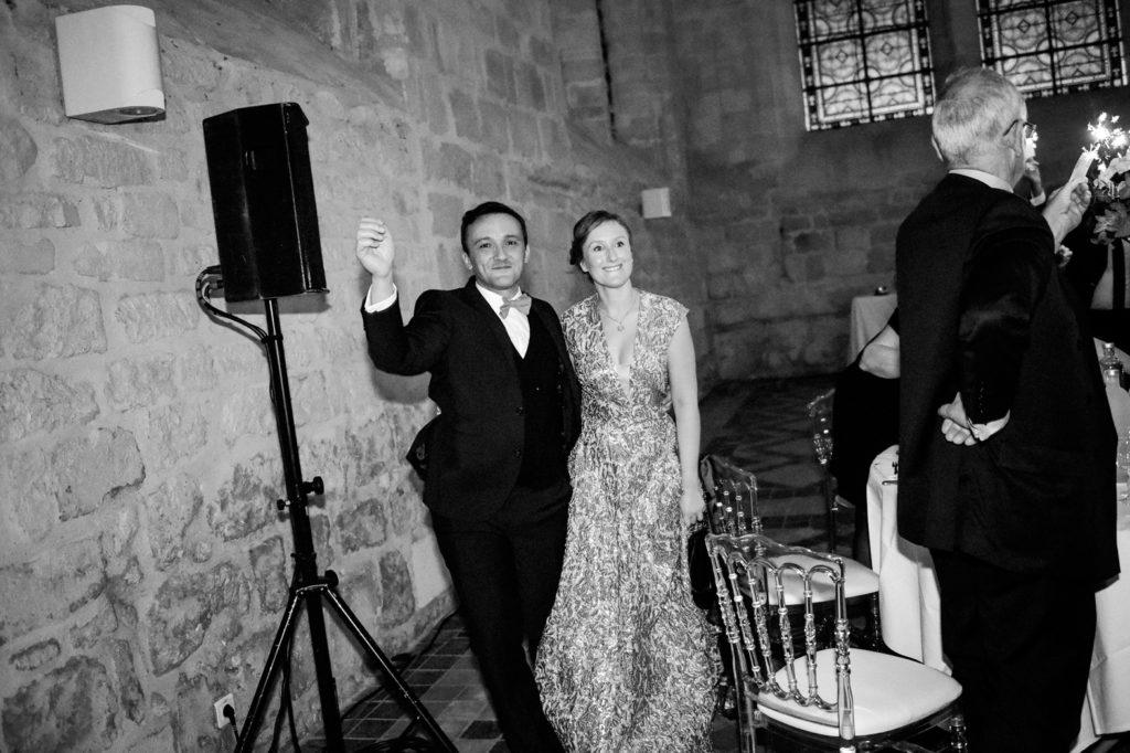 Les mariés entrent en dansant dans la salle