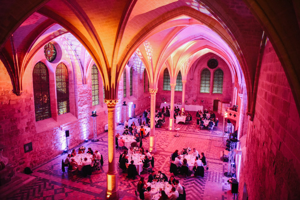 Les invités sont à table dans la salle de dîner de l'abbaye
