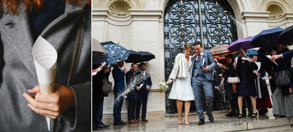 Les jeunes mariés sortent sur le parvis de la mairie