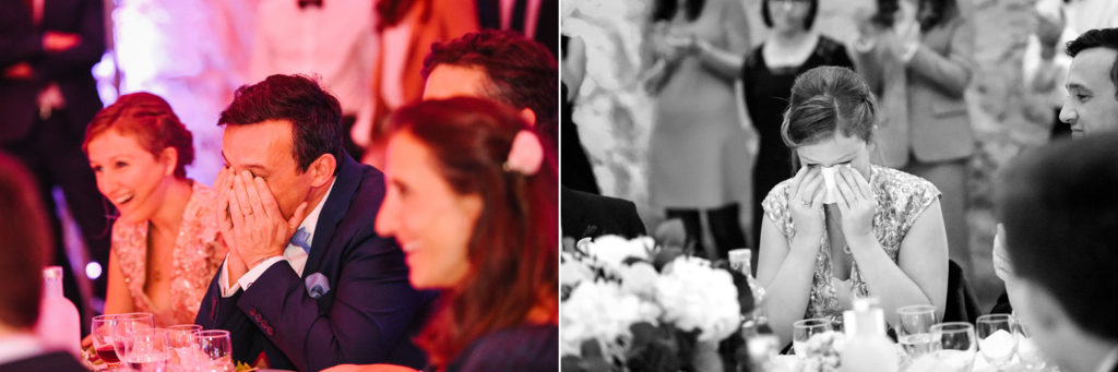 Les mariés sont émus par les discours pendant le repas