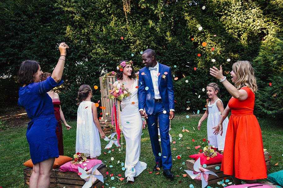 La sortie de cérémonie d'un mariage en petit comité