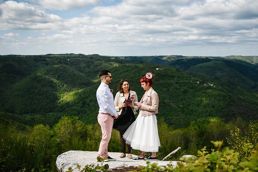 Un couple échange ses vœux devant un paysage grandiose