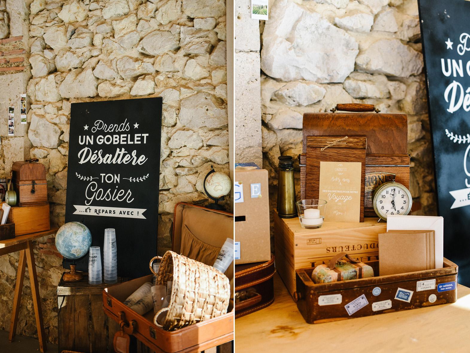 Un diptyque d'objets décoratifs dans la salle de réception d'un mariage