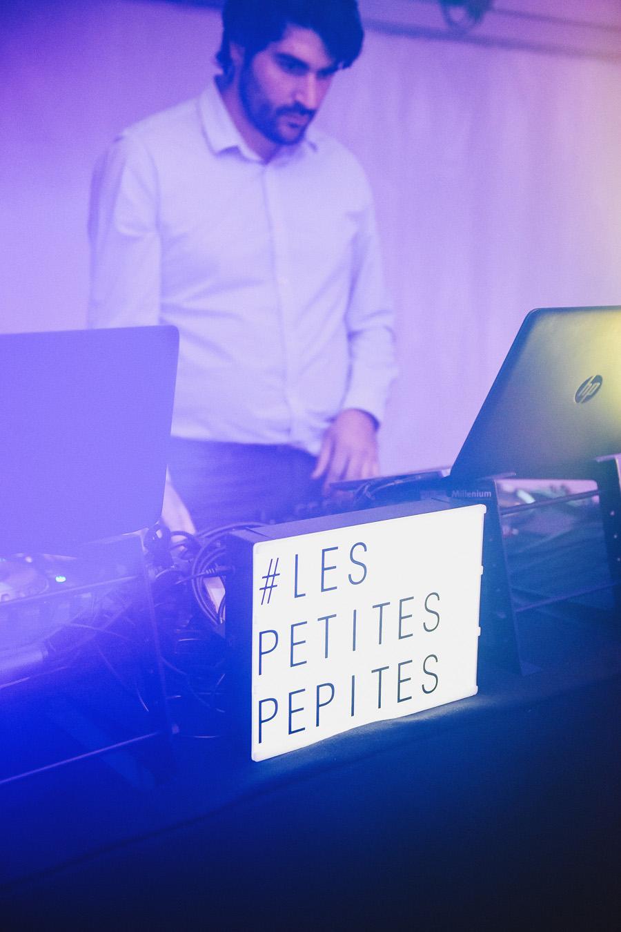 Un DJ est au platines lors d'une soirée de mariage
